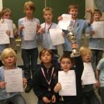 Stolz präsentieren alle Bergstedter Teilnehmer ihre Urkunden und die gewonnenen Pokale